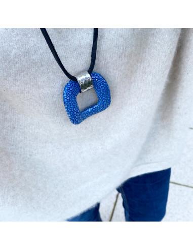 Collier sautoir pendentif Galuchat bleu