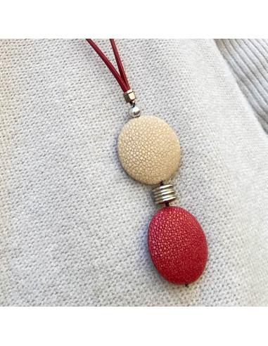 Collier sautoir double médaillon cuir galuchat beige et rouge-aramance