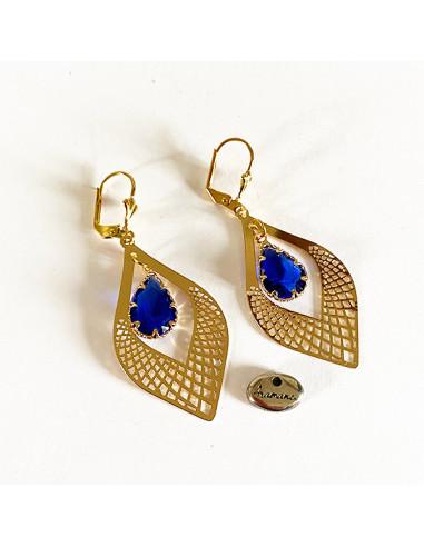 Boucles-oreilles-estampe-dorée-larme-verre-bleue-Aramance