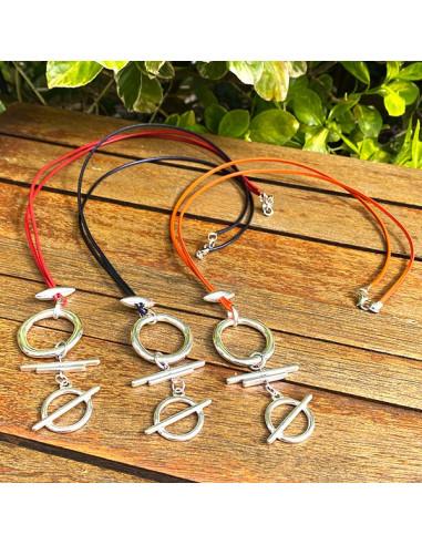 Collier sautoir pendants cercles et barres sur lien de cuir cousu de couleur