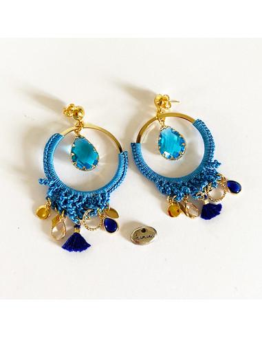 Boucles d'oreilles bleues boheme chic en crochet , larme verre à facette bleue et pampilles