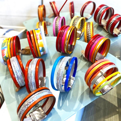 bracelets en cuir et plaqué argent avec fermoirs majoritairement magnétiques.