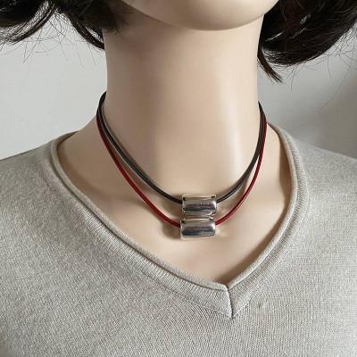 colliers ras de cou,cuir,perles, nacre cristal, métal argenté.