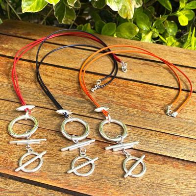 collier cordon et lanières cuir,pendentif plaqué argent, pendentif résine,pendentif verre, pendentif céramique